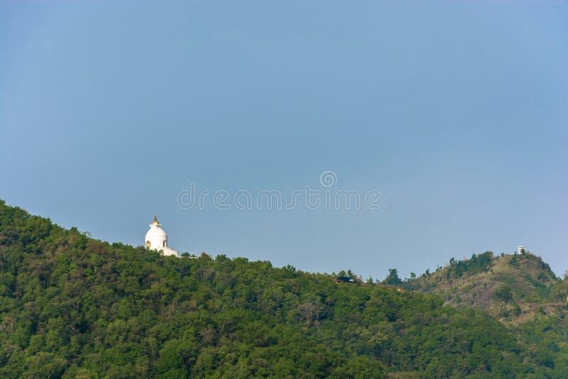 Das buddhistische stupa der Weltfriedenspagode in Pokhara, Nepal stockfotografie