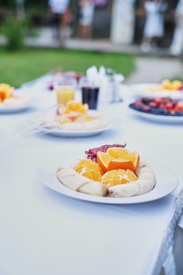 Das Buffet an der Aufnahme Bankettservice versorgende Nahrung, Imbisse mit Frucht Hochzeits-willkommenem Gestell Weiße Tabelle stockfoto