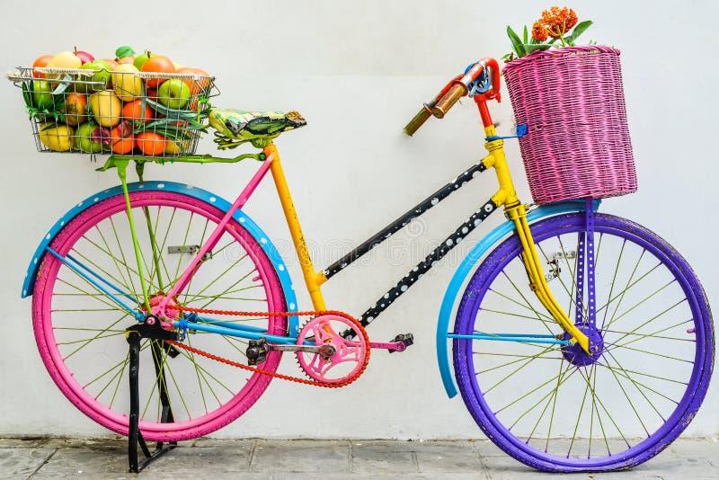 Das bunte alte Fahrrad lizenzfreie stockbilder