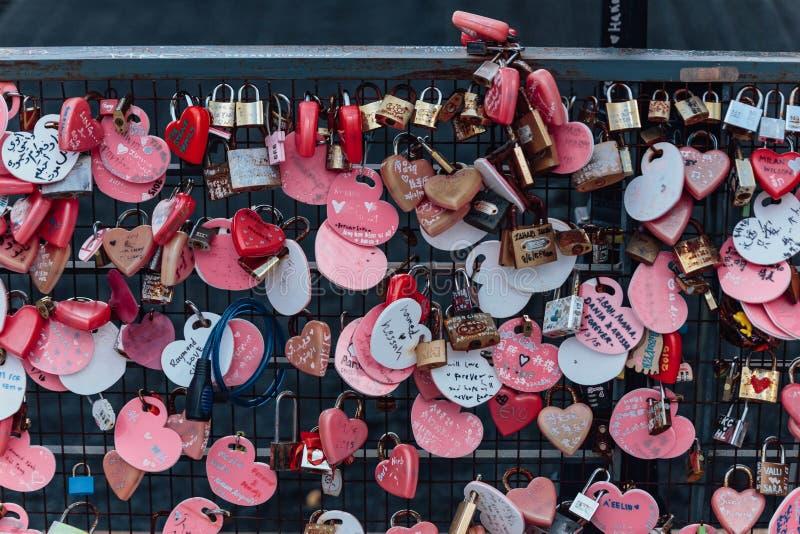 Das bunte keychain, das auf der Brücke holded ist, wird ` Liebes-Verschluss-Penang-Hügel ` von Penang-Hügel bei George Town genan stockbilder