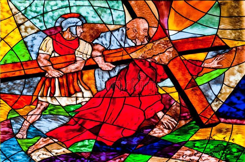 Das Buntglas, das Jesus zeigt, fällt unter das Kreuz lizenzfreie stockfotos