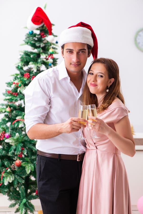 Das celebraring Weihnachten der jungen Paare mit Champagner lizenzfreie stockbilder