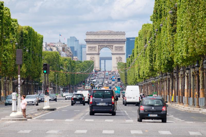 Das Champs-Elysees mit Arc de Triomphe in zentralem Paris lizenzfreie stockfotos