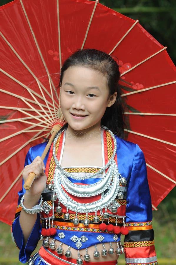 Das chinesische Mädchen mit Sonnenschirm stockfoto