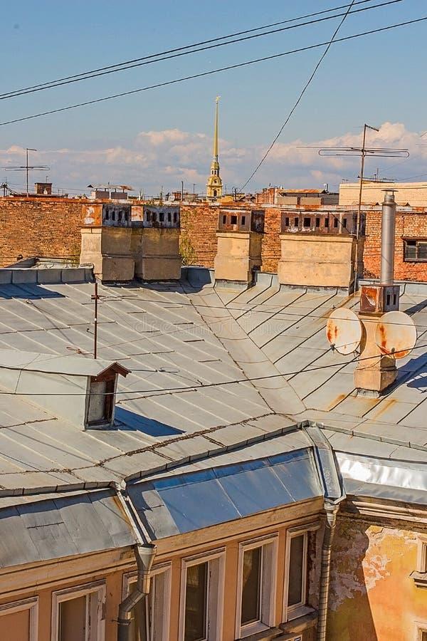 Das city& x27; s-Dachspitzen gegen den Himmel lizenzfreies stockfoto