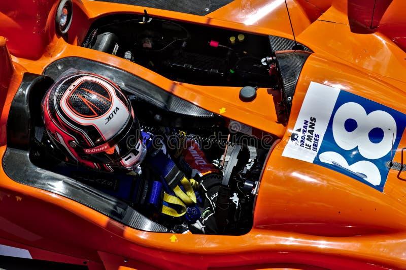 Das Cockpit des Europäer-Le Mans Reihenrennwagens mit Piloten nach innen lizenzfreie stockfotografie