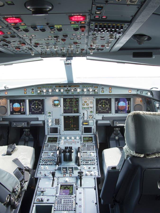 Das Cockpit Flugzeuges Airbusses A330 mit Front, Unkosten und Fußgängerplatte stockbilder