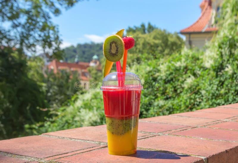 Das Cocktail der Kiwi, der Mango und der Erdbeere lizenzfreies stockfoto