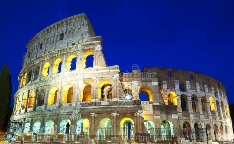 Das Colosseum belichtet nachts in Rom, Italien lizenzfreies stockbild