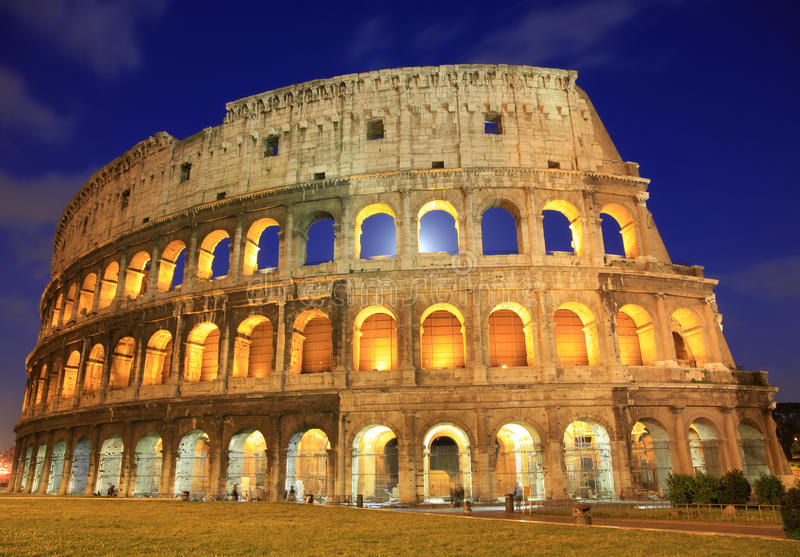 Das Colosseum nachts, Rom, Italien lizenzfreie stockfotos