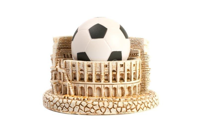 Das Colosseum in Rom und in der Fußballfußballkugel lizenzfreies stockfoto