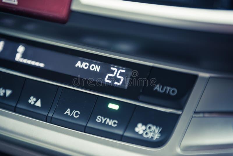 Das controlpanel des Autos im Innenraum lizenzfreies stockbild