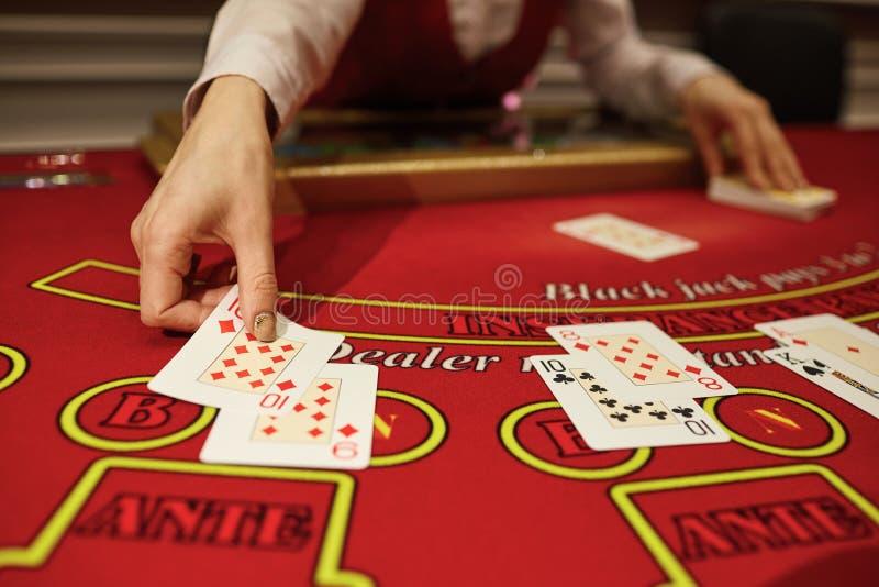 Das Croupier im Kasino tut ein Schlurfen von Karten stockfoto