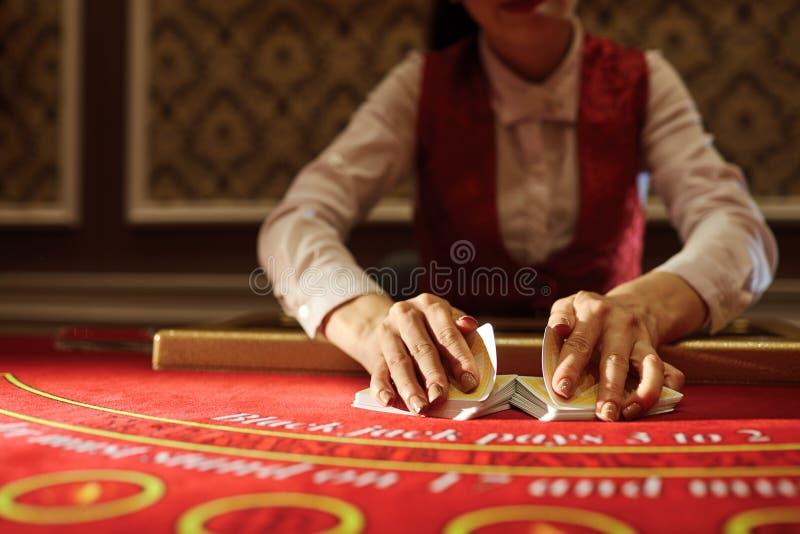 Das Croupier im Kasino tut ein Schlurfen von Karten stockfotografie