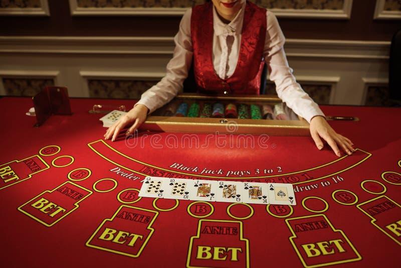 Das Croupier im Kasino tut ein Schlurfen von Karten lizenzfreies stockbild