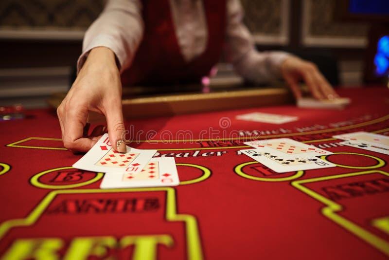 Das Croupier im Kasino tut ein Schlurfen von Karten lizenzfreies stockfoto