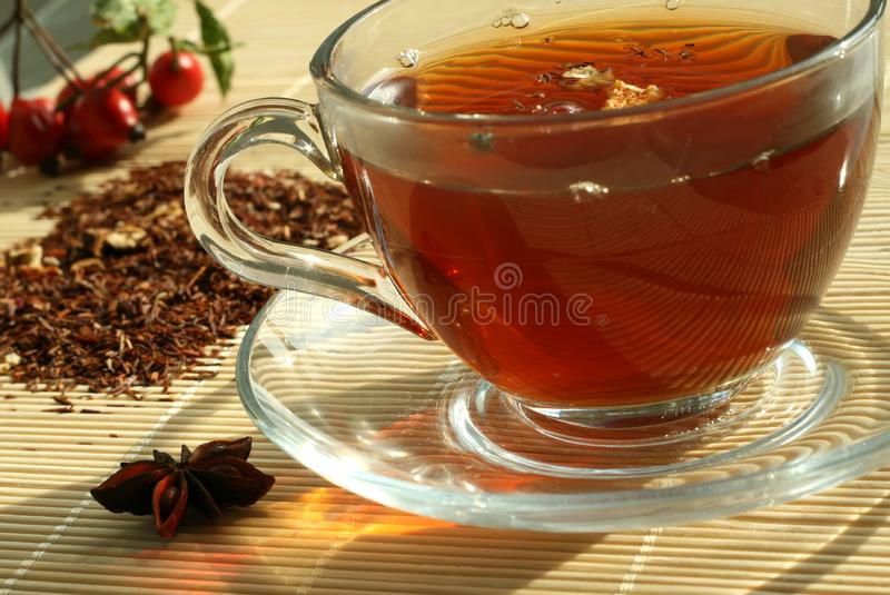 Die Schale des Tees und des trockenen Tees stockfotos
