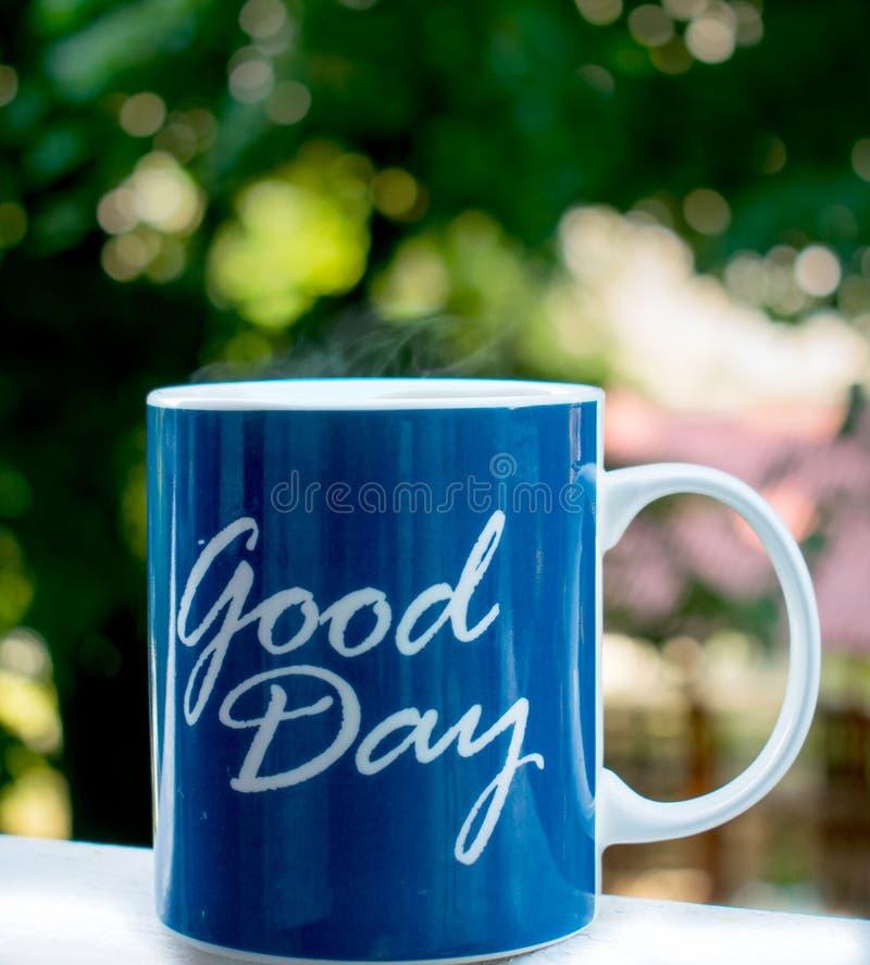 Das Dämpfen des Kaffees diente auf einem Sommermorgen lizenzfreies stockfoto