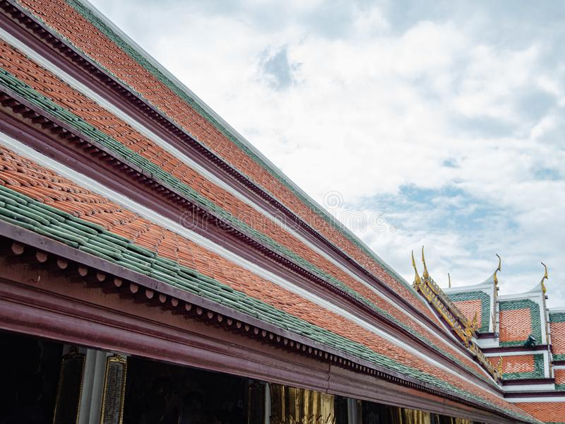 Das Dach des bunten traditionellen thailändischen Buddhismusgebäudes stockbild