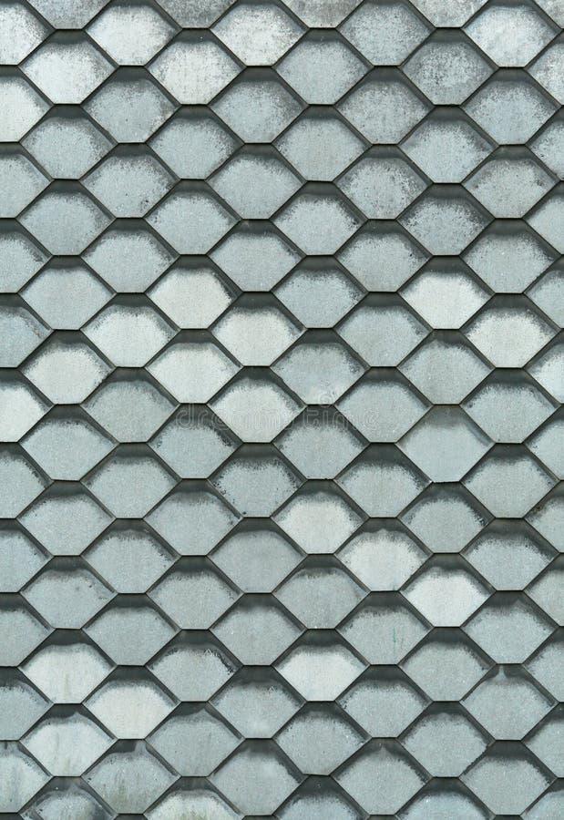 Das Dach des Gebäudes wird von den Metallplatten in Form von Bienenwaben hergestellt lizenzfreie stockbilder