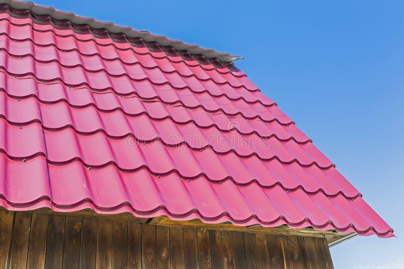 Download Das Dach Des Landhauses Wird Mit Metalldeckung Bedeckt Stockfoto - Bild von modern, profiling: 90228212