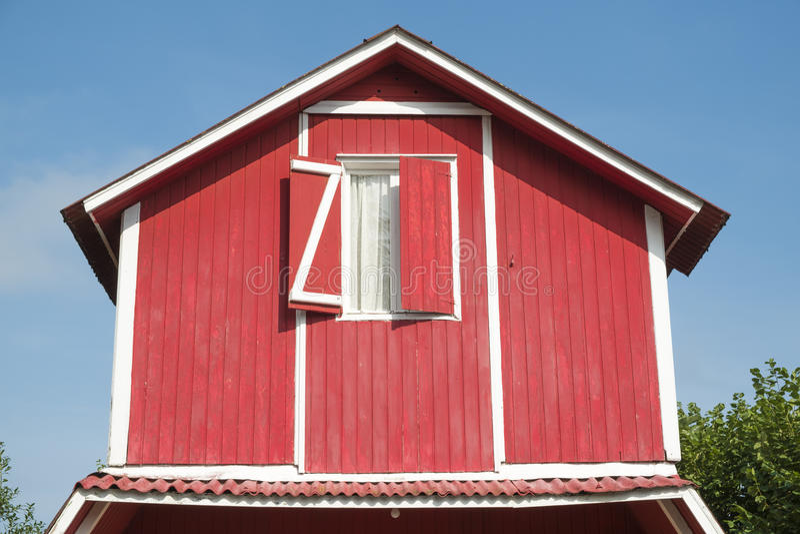 Das Dach des roten Hauses mit Fenster stockfotos