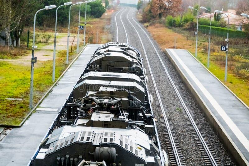 Das Dach des Zugs steht zwischen zwei Plattformen lizenzfreies stockbild