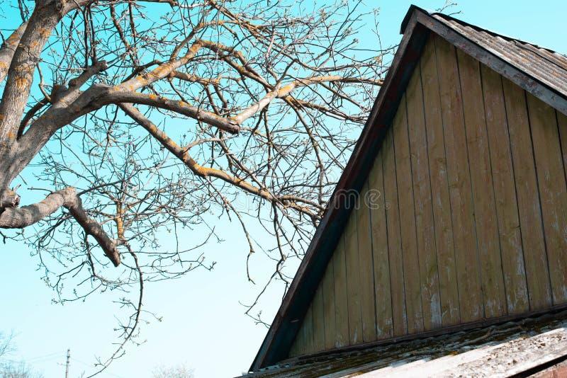 Das Dach eines alten Hauses auf dem Hintergrund des Himmels stockbilder