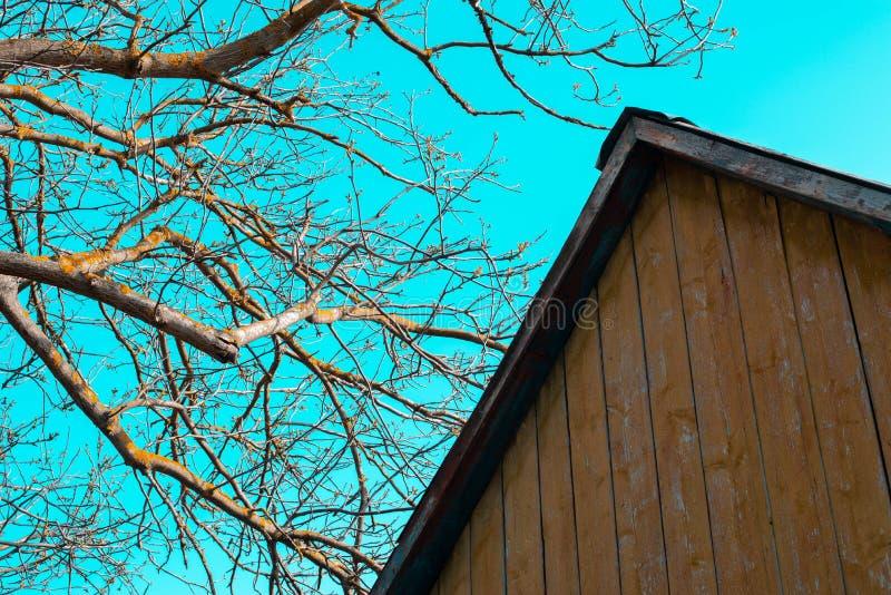 Das Dach eines alten Hauses auf dem Hintergrund des Himmels stockbild