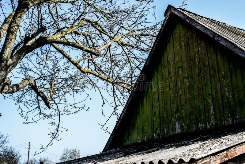 Das Dach eines alten Hauses auf dem Hintergrund des Himmels stockfoto