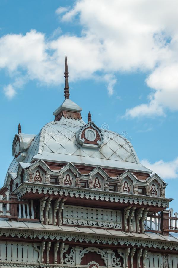 Das Dach eines alten historischen russischen Gebäudes der hölzernen Architektur stockbild