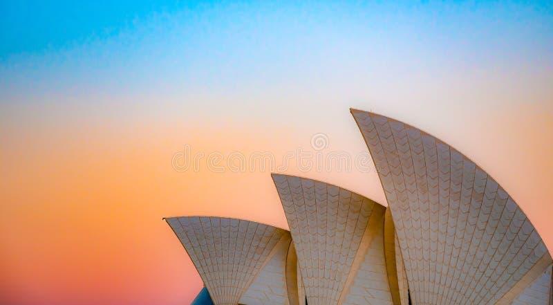 Das Dach von Sydney Opera House bei orange Sonnenuntergang stockfotos