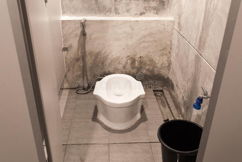 Das Dachboden-Art-Badezimmer lizenzfreie stockfotos