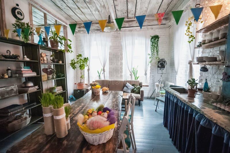 Das Dachbodenhaus wird für Ostern verziert Ostern-Dekorhaus stockfoto