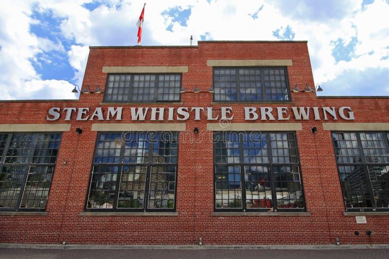 Das Dampf-Pfeifen-Brauen ist eine populäre Brauerei in im Stadtzentrum gelegenem Toronto 7-25-2016 stockbild