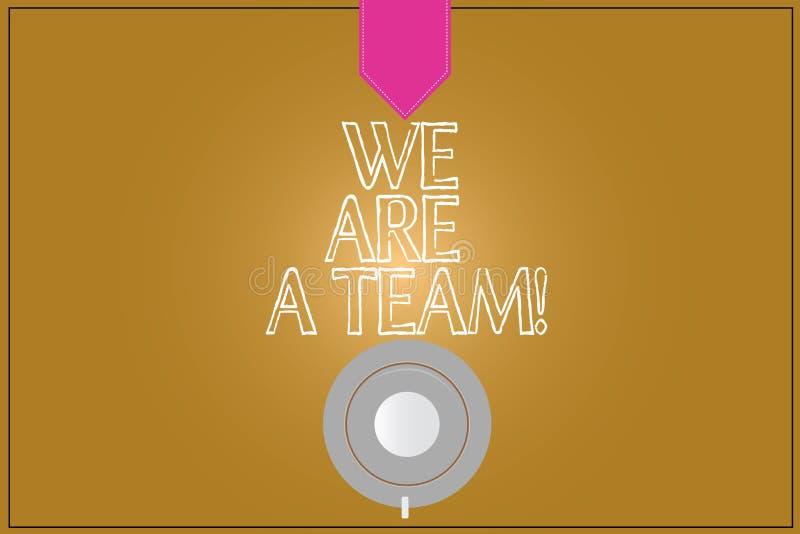 Das darstellende Textzeichen sind wir ein Team Begriffsfoto Zusammenarbeitung, zum einer allgemeinen Vision oder der Ziele Kaffee lizenzfreie abbildung