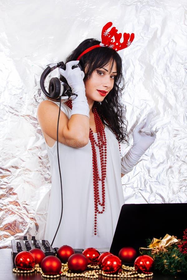 Das decorações vermelhas de prata do Natal dos chifres do party girl do fundo dos fones de ouvido do traje de Santa do ano novo d foto de stock
