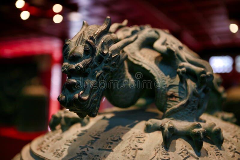 Das Dekorelement ist der Griff einer Glocke in Form eines Drachen Großer Bell-Tempel Peking, China lizenzfreies stockfoto
