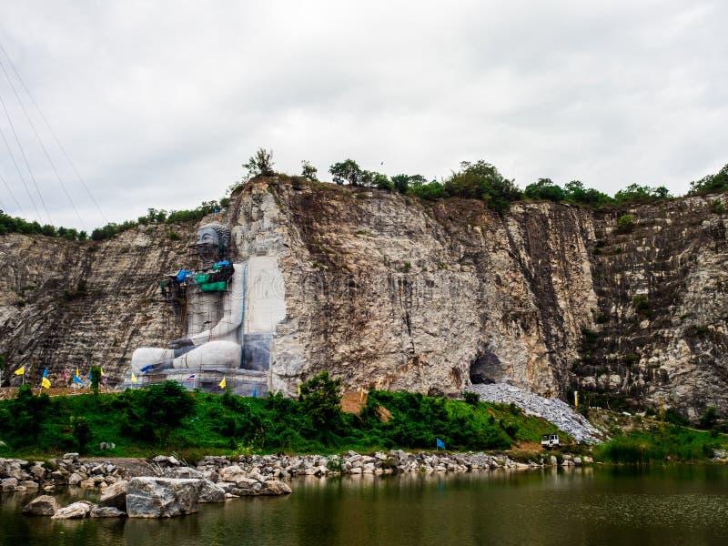 das des Buddhas schnitzende Projekt hat am U-Zapfen-Bezirk, Suphan Buri, Thailand angefangen: Im Juni 2018 lizenzfreie stockfotos