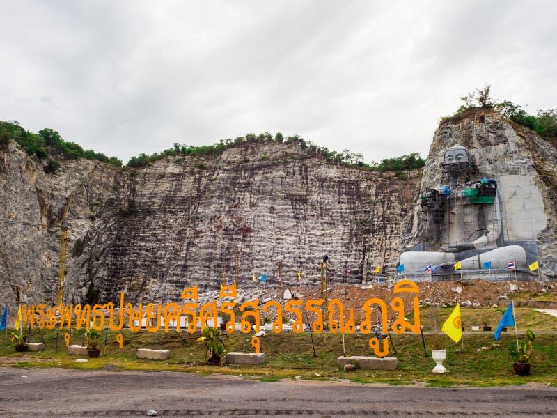 Das des Buddhas schnitzende Projekt hat am U-Zapfen-Bezirk, Suphan Buri, Thailand angefangen: Im Juni 2018 lizenzfreie stockbilder