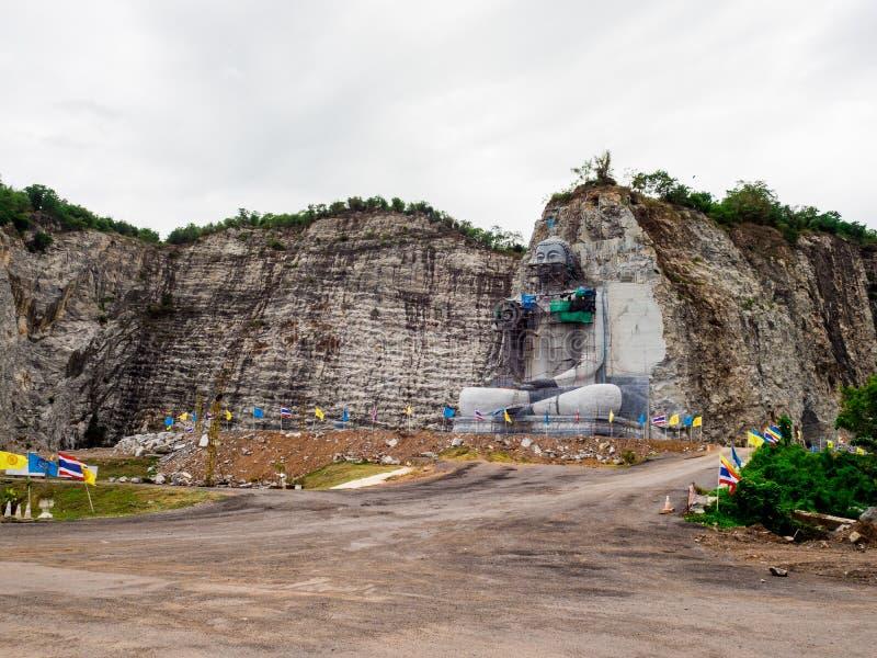 Das des Buddhas schnitzende Projekt hat am U-Zapfen-Bezirk, Suphan Buri, Thailand angefangen: Im Juni 2018 stockfoto