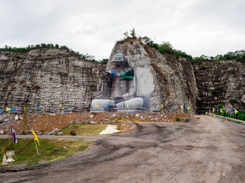 das des Buddhas schnitzende Projekt hat am U-Zapfen-Bezirk, Suphan Buri, Thailand angefangen: Im Juni 2018 stockfotografie