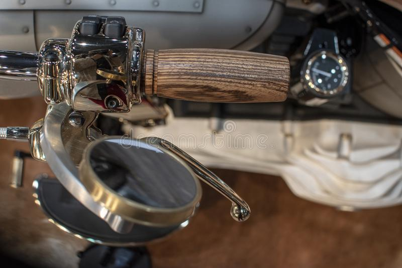 Das Detail des Harley Davidson-Motorrades, des Holzgriffs und des vergoldeten Spiegels stockfoto