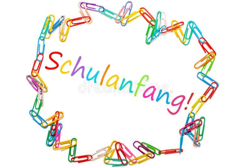 Das deutsche Wort für 'zurück zu der Schule 'gestaltet durch bunte Büroklammern stockfotografie