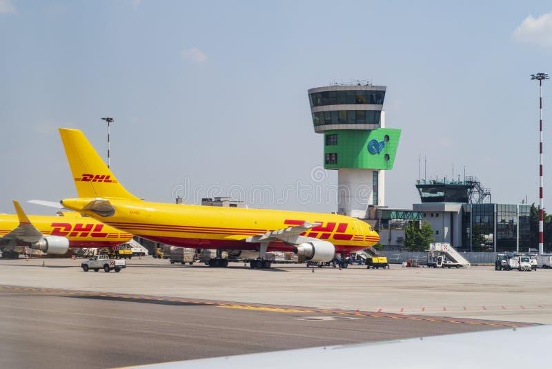 Das DHL-Flugzeug bereitet sich für das Laden vor Italien-Flughafen von Cavaraggio auf 02 06 2018 lizenzfreie stockfotos