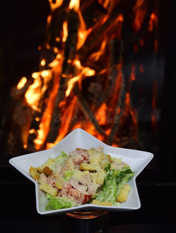 Das Dienen shicken Salat für gesunde Diät auf brennendem Flammenhintergrund Ausgeglichen und Vollkost Der gute Geschmack des Lebe stockbild