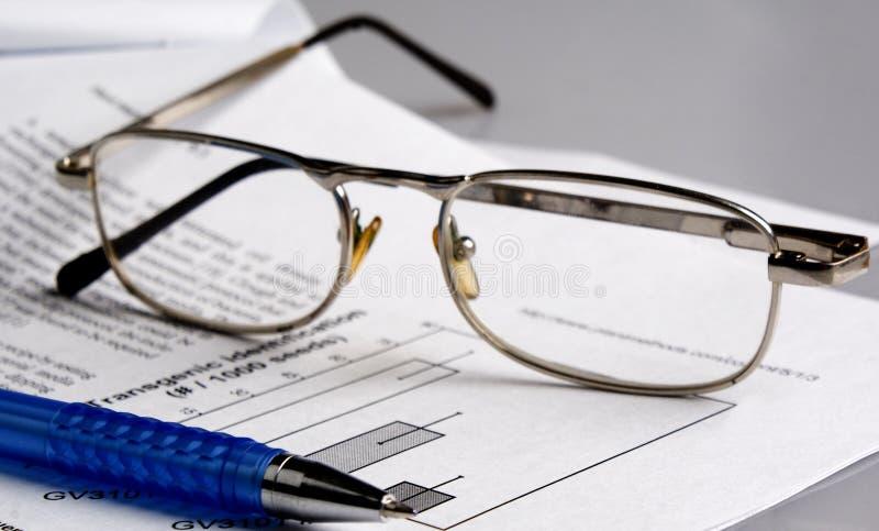 Das Dokument, Feder, Glas lizenzfreie stockfotografie