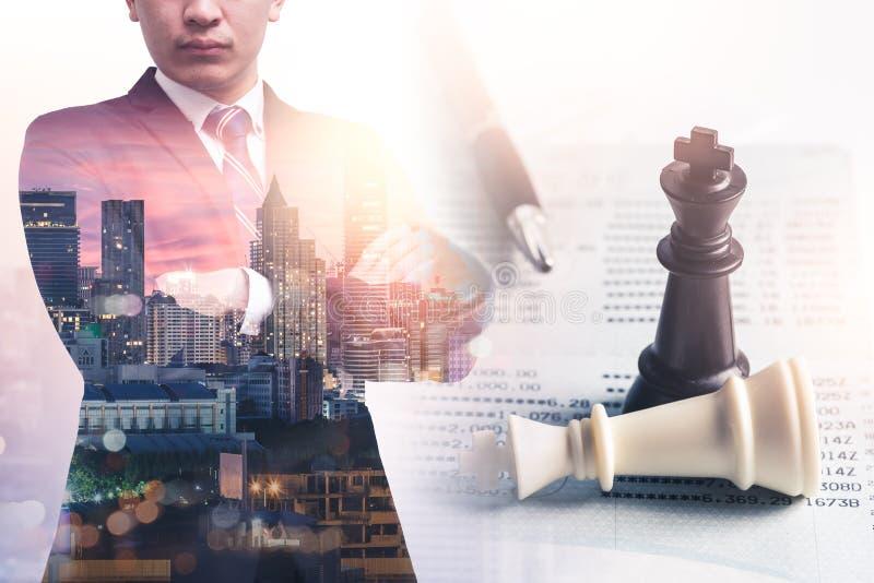 Das Doppelbelichtungsbild der denkenden Überlagerung des Geschäftsmannes mit Schachspiel- und Geschäftsbuchbild stockfotografie