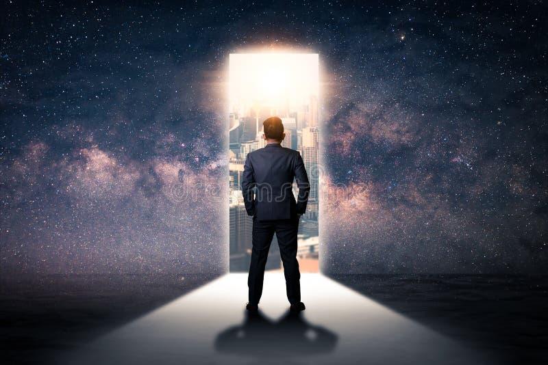 Das Doppelbelichtungsbild der Geschäftsmannstellungsfront der Tür öffnet sich während des Sonnenaufgangs, der mit Stadtbild und a lizenzfreie stockfotografie