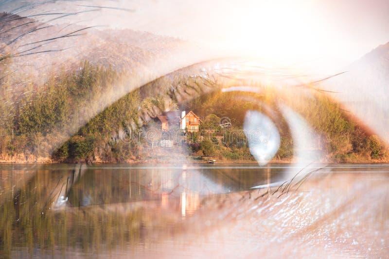 Das Doppelbelichtungsbild des Auges, das oben Überlagerung mit Naturbild schaut Das Konzept der Natur, der Freiheit, der Umwelt u lizenzfreies stockfoto